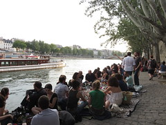 Paris on the 14th of July. Picnics on the banks of the Seine River. (Traveling with Simone) Tags: crowds foule people gens tree paris france seine péniche boat water river rivière banks berges