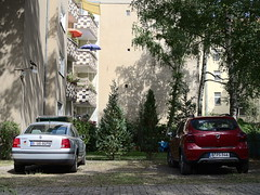 Karma-Kultur_e-m10_1017015204 (Torben*) Tags: olympusm25mmf18 olympusomdem10 rawtherapee neukölln richardkiez richardplatz karmakulturgemeinschaftsgarten berlin cars autos balconies balkone