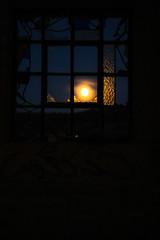 (95Maraa) Tags: mara moon tamaraarcehernández mara958 marrón brown luna zamora castleandleon castillayleón 95maraa cristal ventana window anochecer yellow orange naranja llena lunallena noche night blue azul sky cielo paisaje spain españa sitiosabandonados abandono