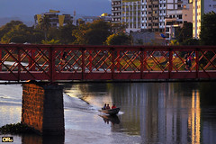Last Sunday light (Otacílio Rodrigues) Tags: rio água water barco boat ponte bridge árvores trees prédios buildings reflexos reflections pessoas people canoeiros canoeists urban resende brasil oro arquitetura architecture