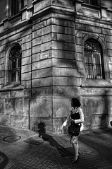 Reflexos 5 / Reflejos / Reflexes (Wizard7oz) Tags: barcelona candid city life light nikon d90 people street streetlife streetphoto urban bw blackandwhite white summer architecture woman wall