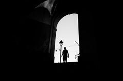 Silhouette anonyme  - Anonymous silouhette (Chris, photographe de rue niçois (Nice - French R) Tags: silhouette silhouettes streetphotography photographiederue photographiecontemporaine contemporaryphotography noiretblanc blackandwhite monochrome monochrom minimaliste minimalism