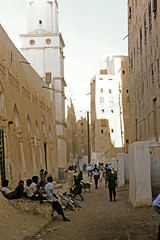 Shibam - street scene 4 with mosque (motohakone) Tags: jemen yemen arabia arabien dia slide digitalisiert digitized 1992 westasien westernasia ٱلْيَمَن alyaman kodachrome paperframe
