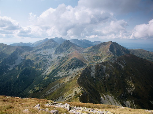 W dole Niska Przełęcz, po prawej Wołowiec, pod nim Jamnícke plesá, ździebko po lewej Roháče