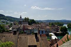 Over de daken van Duits Laufenburg uitkijkend naar Zwitser Laufenburg. (limburgs_heksje) Tags: deutschland duitsland germany zwartewoud schwarzwald blackforest laufenburg rijn rhein rhine rivier grens