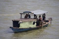 Les pêcheurs (AlainC3) Tags: pêche fishing bateau boat eau water palembang indonésie indonesia nikond7500 hommes mens vert green bleu blue sumatradusud southsumatra musiriver