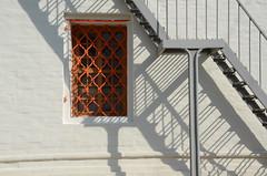 Jeu d'ombres, couvent de Novodievitchi (RarOiseau) Tags: russie moscou novodievitchi ombre escalier mur fenêtre unesco saariysqualitypictures v1000