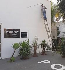 O artista Evandro Soares iniciando intervenção na fachada da Galeria
