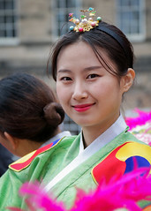Street portrait from the 2018 Edinburgh Festival Fringe - The Merry Wives of Seoul (Gordon.A) Tags: scotland edinburgh festival fringe edfringe edfest august 2018 embra auldreekie dùnèideann festiwal festivaali festivalen wyl féile festspiele korea korean theatre edp soonchunhyang university comedy artist actor actress lady woman people arts artsfestival performingarts performingartsfestival street event eventphotography performer performers creative culture urban city outdoor outdoors outside vibrant vibrance colour color colourful portrait digital canon eos 750d