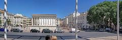 Baiser (Xtian du Gard) Tags: xtiandugard maisoncarrée nîmes gard france architecture romanité romain vestiges baiser bisou panoramique 3x1 scènederue streetview