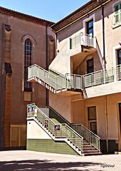 géométrie urbaine 2 (quentinmirabelle) Tags: architecture bâtiment collège escalier avignon de la salle