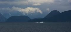 Hurtigbåt på vei til Vikebukt. (Martin Ystenes - hei.cc) Tags: romsdal romsdalsfjorden romsdalsfjella møreogromsdal martinystenes molde moldeferga vestlandet norway norge fjord fjell clouds skyer