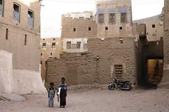 Mud brick houses (motohakone) Tags: jemen yemen arabia arabien dia slide digitalisiert digitized 1992 westasien westernasia ٱلْيَمَن alyaman
