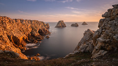 Pointe de Pen-Hir (HoiteJouke.NL) Tags: crozon pointe de penhir sunset sun set water sea long exposure rocks seascape