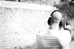 35910 - Shooting (Diego Rosato) Tags: shooting shot tiro pistola gun bianconero blackwhite nikon d700 70200mm sigma rawtherapee