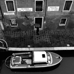 Under the Venetian Rain (Something Sighted) Tags: streetphotography scènederue blackandwhite noiretblanc venice venise venezia italy italie italia rain umbrella parapluie boat prontointervento square