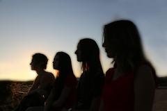 Oh les filles ! (Pi-F) Tags: portrait filles femme contrejour profil soleil couchant visage beauté horizon