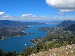 Col de la Forclaz (kama17) Tags: paysage montagne col bleu blue sky nuage vent wind parapente colforclaz annecy olympus epl1 lac ciel
