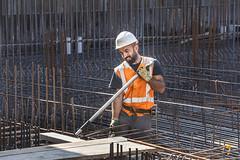 Vlechter druk met wapening (Rotterdamsebaan) Tags: infrastructuur laanvanhoornwijck denhaag techniek bouwkuip rotterdamsebaan bouw verkeer infra bouwen stempels wapening damwanden