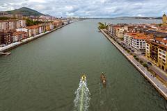 Desembocadura de la Ría de Bilbao (Alberto Nalda) Tags: desembocadura nervión euskadi euskalherria paísvasco bizkaikozubia puente colgante bizkaia vizcaya trainera barco lancha entrenamiento bahía elabra