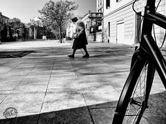 IT'S SO STREET (davcsl) Tags: bw blackwhite biancoenero blackandwhitephotosonly callejerastrassenfotografie davcsl europe france gard languedocroussillon monochrome monotones noiretblanc noiretblancblackwhite nb nimes nîmes old occitanie southoffrance people streetphotography street urbanstreet urban urbanfreeflow women woman placedassas vélo bicylette personneâgée толькочернобелыеq