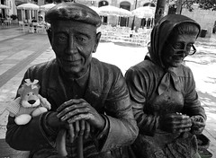 Los abuelos y Leoncia están en Burgos, España. (Caty V. mazarias antoranz) Tags: burgos provinciadeburgos esculturas spain españa arte enlacalle amigos bromas castillayleón descanso extraño friends fantasías greetings happyday humor hello inspain jugandoconlafotografía juegos kisses libertad leoncia leonie muñecos multicolor noalaviolencia nortedeespaña pueblosdeespaña risas saludos turismoenespaña angelgilcuevas homenajealosancianos homenajealosmayores abuelos viejos