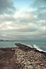 Espigón al este. (Aprehendiz-Ana Lía) Tags: flickr nikon water azul blue nubes imagen exterior argentina mdq analialarroude ola paysage paesaggio landscape sky beach onda mare nwn piedra