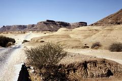 Paved road (motohakone) Tags: yemen jemen slide dia arabia 1992 digitized arabien digitalisiert westasien westernasia alyaman ٱلْيَمَن kodachrome paperframe