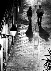 Andar per vicoli di notte (gianclaudio.curia) Tags: bianconero blackwhite pellicola kodak kodaktrix rodinal agfa sviluppo ilford ingranditore cartafotografica cameraoscura meoptaopemusmultigrade nikon nikonfm3a nikkor10525 notturno innamoramento