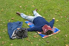 Paris, 2008 (Joseff_K) Tags: nikon nikond80 d80 paris nikkor28mmf28d parc park parcdemontsouris homme man repos sieste siesta afternoonnap pelouse lawn cahier notebook deadleaf feuillemorte automne autumn fall france