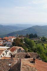 aussicht/ croatia, motovun (Yvonne Schade) Tags: croatia kroatien häuser dächer house roof berg landschaft sky