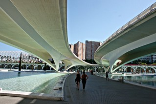 Paseando bajo el puente de Monteolivete - València