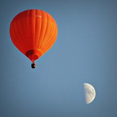 Otro viaje lunático (Helena de Riquer) Tags: globus globo hotairballoon airballoon aerostato aerostático aerostat aeróstato lluna luna moon cel cielo sky ciel europeanballoonfestival igualada aqualata anoia 2011 flickr balloon helenaderiquer carlzeiss sony sonydsch20