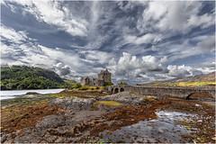 Castillo de Eilean Donan (Fernando Forniés Gracia) Tags: granbretaña reinounido escocia highlands paisaje landscaper naturaleza nubes paisajeurbano castillo eileandonan