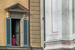vista su santa croce (g_u) Tags: gu ugo firenze florence santacroce chiesa basilica persone gente people finestra window