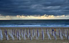 Sillas solitarias - Lonely chairs (ricardocarmonafdez) Tags: donostia lazurriola playa beach cielo sky clouds nubes grayday mar sea shore seashore horizon sillas chairs patrones patterns nikon d850 24120f4gvr nature naturaleza seascape