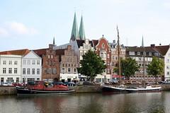 Lübeck: An der Untertrave (Helgoland01) Tags: lübeck schleswigholstein deutschland germany hafen harbor port fluss river trave boot boat schiff ship hanse unesco weltkulturerbe