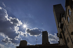 San Gimignano (hbothmann) Tags: sangimignano toskana italien loxia2821 zeiss a tuscany sonne sun sole wolken clouds gegenlicht controluce contrejour türme