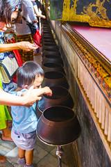 El ritual de las monedas (Nebelkuss) Tags: bangkok asia budadorado goldenbuddha tailandia budista buddhist budismo buddhism niños children candid espontanea perspectiva perspective fujixpro1 xf1855