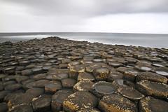 La mer viendra lécher nos peines (Emmanuelle2Aime2Ailes) Tags: poselongue mer irlande chausséedesgéants basalte formationsgéologiques