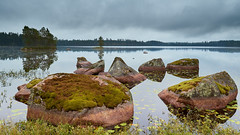 Een goed gevoel (zsnajorrah) Tags: nature landscape landscapephotography rocks moss trees island water lake reflection clouds overcast cloudy sky earlymorning longexposure neutraldensityfilter nd breakthroughphotography x4nd3 tiffen gradnd manfrotto redged canon 7dmarkii ef1635mmf4l sweden laxå forest woods
