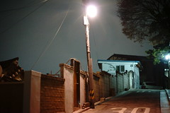 2102/1804 (june1777) Tags: snap street seoul bukchon night light sony a7ii konica hexanon ar 57mm f14 8000 clear dark alley