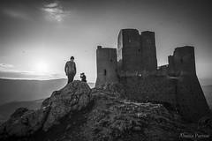 non sono silhouettes (Ciuschina) Tags: roccacalascio rocca castelli castle castrum abruzzo borgomedievale italy montagna roccia biancoenero paesaggio landscape bn