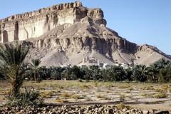 Village at the foot of a mountain (motohakone) Tags: jemen yemen arabia arabien dia slide digitalisiert digitized 1992 westasien westernasia ٱلْيَمَن alyaman kodachrome paperframe