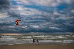 (thijs.coppus) Tags: katwijkaanzee katwijk noordzee northsea nordsee ozean zee see meer niederlande holland netherlands regen rain storm mom kid ocean sea plage playa strand beach sky wolken clouds kitesurfer kitesurf kite surfing surf