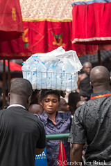 At the Queen Mother's funeral - waterseller (10b travelling / Carsten ten Brink) Tags: 10btravelling 2017 africa african afrika afrique asante asantehemaa asantehene ashanti carstentenbrink ghana ghanaian goldcoast iptcbasic kumasi manhyia nanaafiakobiserwaaampemii ohemaa otumfuooseitutuii places westafrica bag burial carrying ceremony funeral layinginstate palace queenmother rites statefuneral tenbrink traditional vendor water waterseller woman icarry carry porter tragen portage