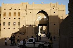 Traditional house with gate (motohakone) Tags: jemen yemen arabia arabien dia slide digitalisiert digitized 1992 westasien westernasia ٱلْيَمَن alyaman