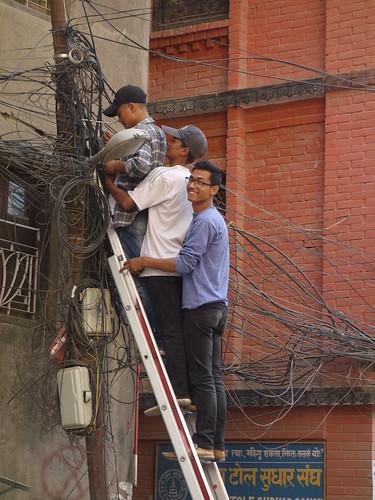 Pas besoin de 3 échelles ! Observez aussi le réseau électrique et ses nombreux câbles ...