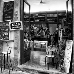 bar in the alleyway (Le Xuan-Cung) Tags: barinthealleyway pisa tuscany italy photography sw bw nb noiretblanc blackandwhite