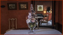 Aquel hermoso jarrón. (<María>) Tags: cristal jarrón tapete mesa madera espejo interior pintura flores lamparas